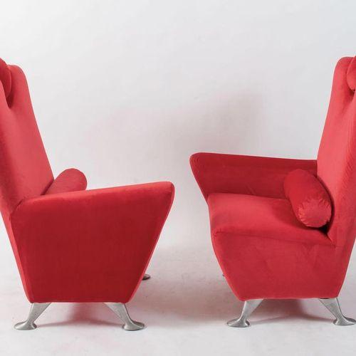 Paire de fauteuils en velours avec appui tête pivotant et pieds en métal. Fabriq…