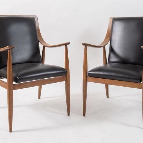 SILVIO CAVATORTA 一对胡桃木和皮革座椅的小扶手椅。原始商标。由Silvio Cavatorta制造,意大利,约1950年。每个尺寸为97x53x…