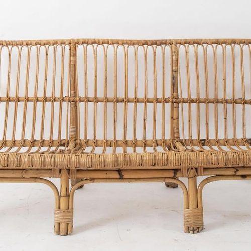 Canapé trois places en osier et bambou. Fabriqué en Italie, vers 1970. Cm 177x82…