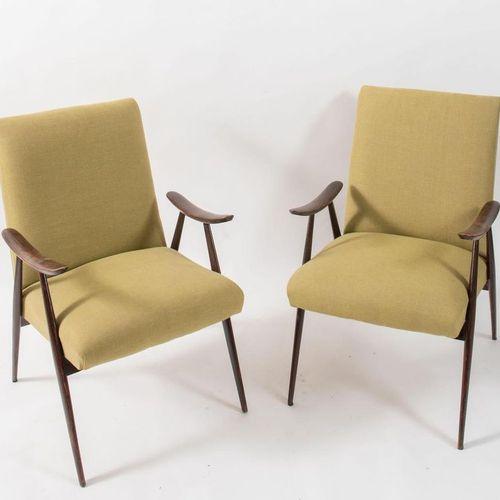 一对木质框架的布艺扶手椅。意大利制造,约1950年。每个87x59x58.5厘米。