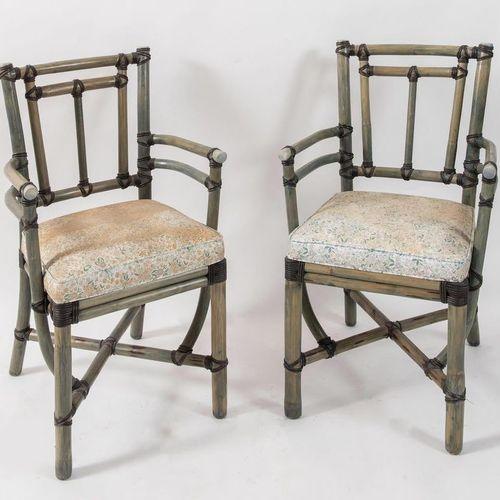 一对竹制的小扶手椅,用皮革装订;还有布料。意大利制造,约1970年。每张90x54x46厘米。