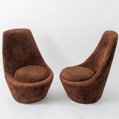 一对天鹅绒和金属框架的扶手椅。意大利制造,约1970年。每厘米91x64,5x74,5。