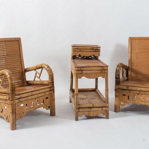 一对扶手椅和带两个架子的竹制桌子。Prod. Anonima, 1970 ca.扶手椅:cm 85x60x55;桌子:cm 75x37x63。