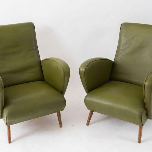 一对木质框架和皮革装饰的扶手椅。意大利制造,约1960年。每个尺寸为81.5x63.5x73厘米。