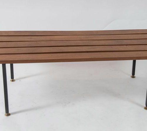 金属和木质的长椅。意大利制造,约1960年。Cm 38x139,5x44。(轻微的缺陷)