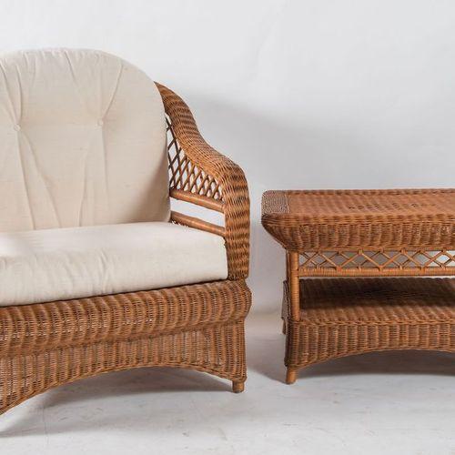 扶手椅和咖啡桌,双顶为编织的髓和织物。意大利制造,约1980年。扶手椅:cm 96x84x93;桌子:cm 68x50x60。