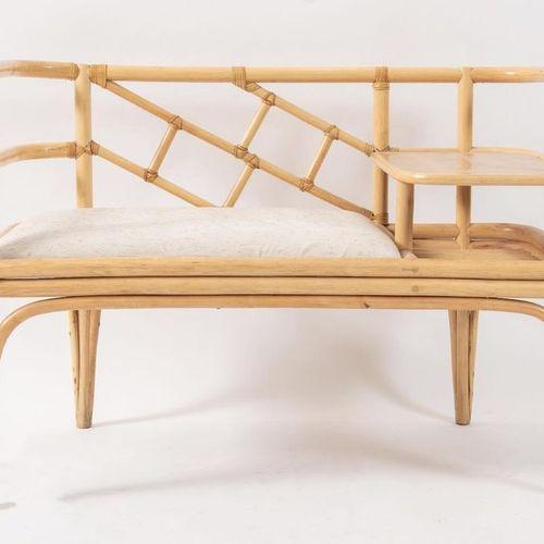 带小桌的双座沙发,采用弯曲的竹子,皮革和织物装订。意大利制造,约1980年。Cm 100x50x70。