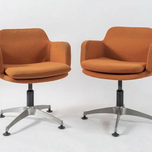 ANONIMA CASTELLI 一对金属扶手椅,用织物覆盖。原始商标。由意大利A.Castelli公司制造,约1970年。Cm 76x62x65。