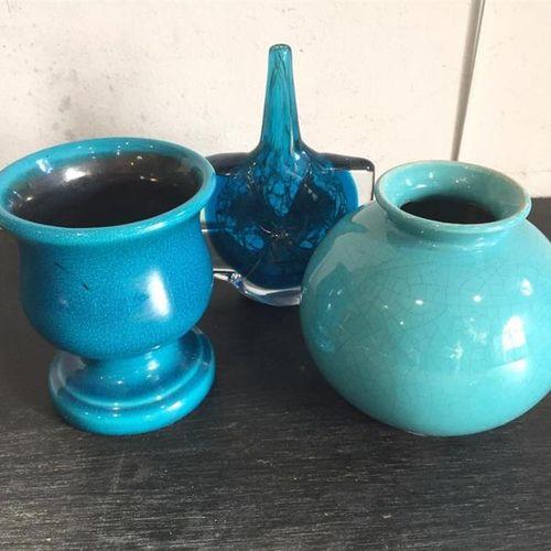 [Céramique]. [Verrerie]. Lot comprenant : Un vase en céramique émaillé bleu sign…