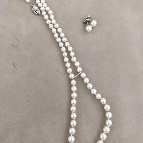 Collier de soixante dix neuf perles de culture en chute, le fermoir e, or gris 7…