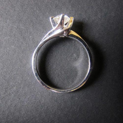 Solitaire en or blanc 18K (750 m) serti d'un diamant taillé en brillant d'enviro…
