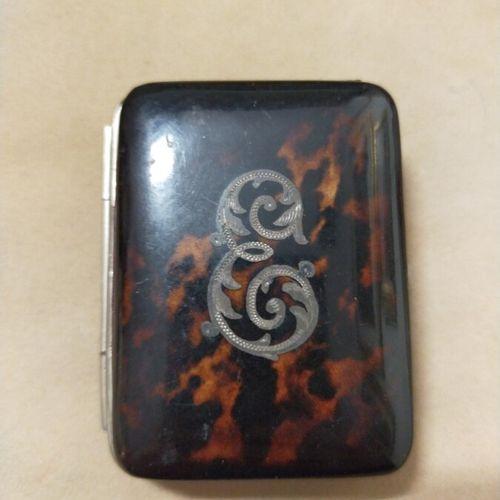 Porte monnaie rectangulaire en écaille de tortue orné d'un monogramme au «C». …