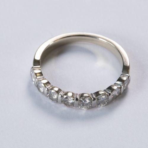 Alliance demi américaine en or blanc 18K (750 millièmes) sertie de 8 diamants ta…