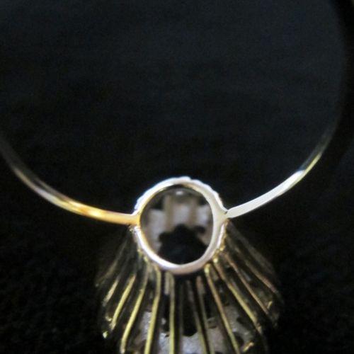 Bague navette en or gris 18K (750 m) sertie d'un saphir taillé en navette dans u…