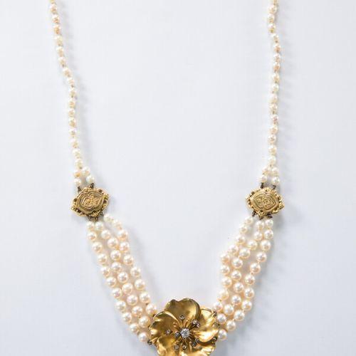 Collier trois rangs de perles de culture, centré d'un motif floral en or jaune 1…
