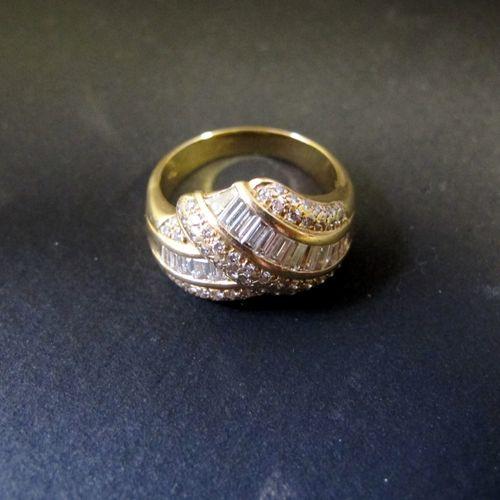 Bague croisée en or jaune 18K (750 m) ornée d'une ligne de diamants taillés en b…