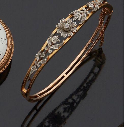 Bracelet jonc rigide, en or jaune et or blanc 18K (750 millièmes) au décor flora…