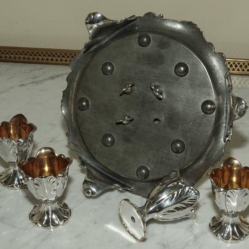 Service à oeufs en métal argenté à décor feuillagé, comprenant un présentoir à p…