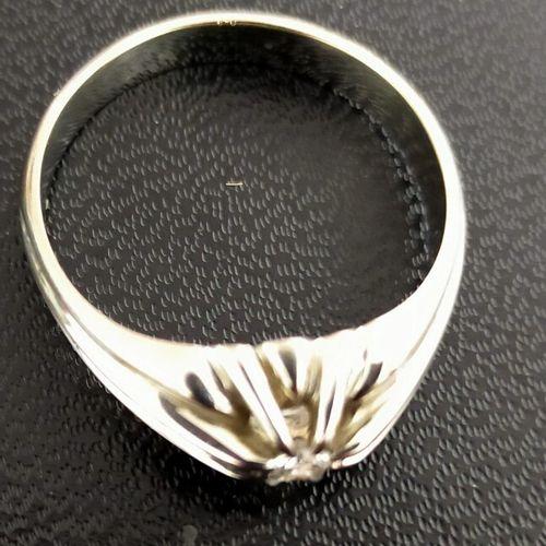 Bague en or gris 18K (750 millièmes) ajouré, sertie d'un diamant taillé en brill…
