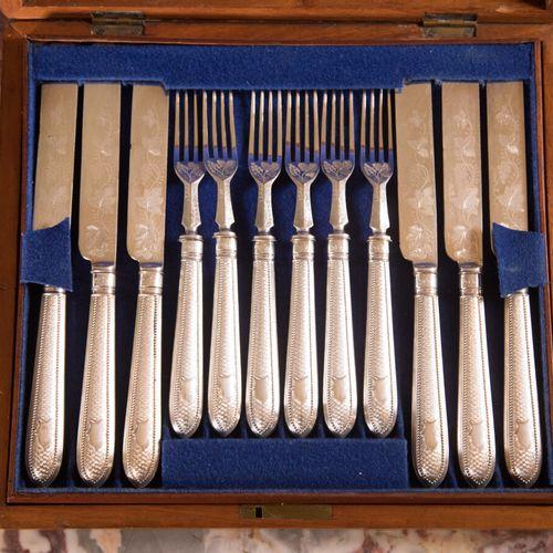 Service de couverts à dessert en métal argenté anglais comprenant douze couteaux…