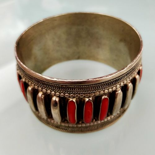 Bracelet en argent bas titre rehaussé de lamelles de corail. PB: 106 g