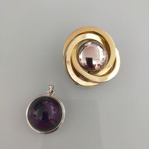 Lalique. Pendentif rond en cristal violet. On joint une broche ronde en métal do…