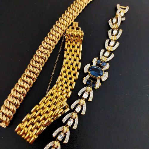 Lot de quatre montres fantaisies.  Lot de trois bracelets fantaisie de belle qua…