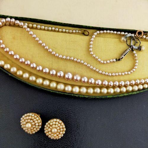 Lot de deux colliers de perles fantaisies. Écrin. On joint une paire de dormeuse…