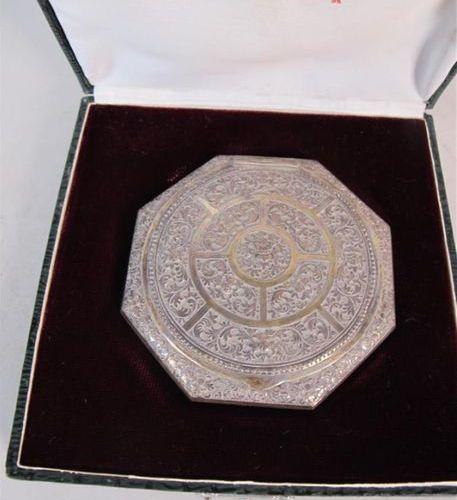 Poudrier octogonal en argent indochinois. Poids brut : 84 g