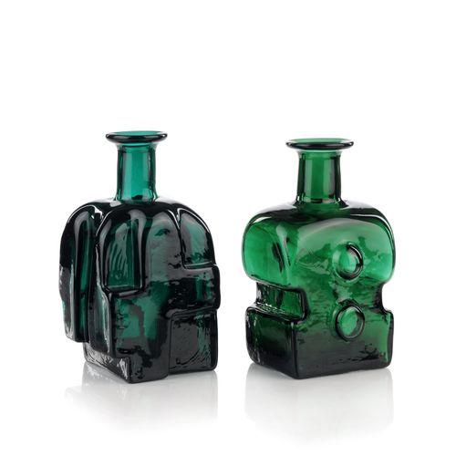 Deux vases cubiques en forme de bouteille. Volkhard Precht, Lauscha. 1977/1979. …