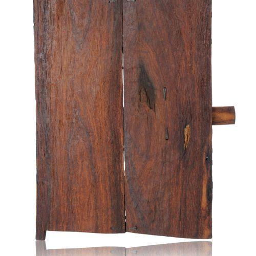 Modelltür eines Schreines. Wohl Dogon, Mali. 20. Jh. Holz, geschnitzt, rotbraun …