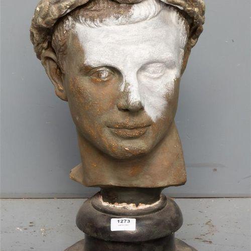 Réplique en plâtre d'un buste d'homme classique avec couronne de laurier, peint …