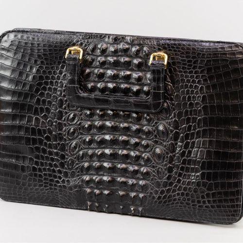Un sac en cuir crocodile noir, Corbeau. (B)  35 x 42 cm