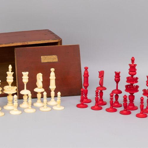 Un jeu d'échecs en os, pièces rouges et blanches, vers 1900, dans une boîte en b…