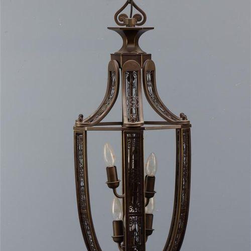 Une lanterne de hall à 6 lumières de couleur bronze avec un décor néo gothique e…