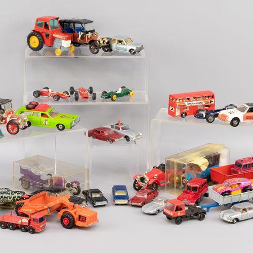 Un lot de divers jouets vintage, voitures, avions, motos, camions, etc., y compr…