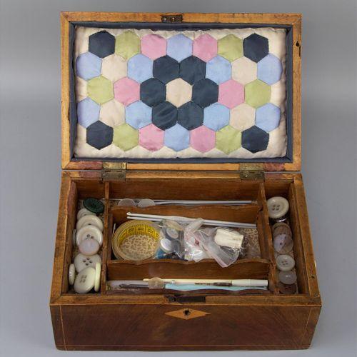 Une boîte à couture, Angleterre, vers 1900, placage d'acajou sur épicéa, intérie…