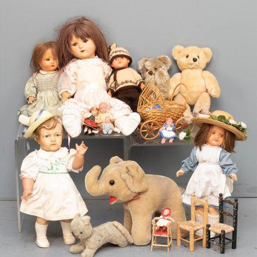 Quatre poupées de filles, dont deux avec des yeux dormants, une poupée de garçon…
