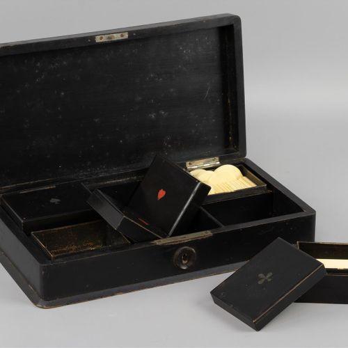 Une boîte de jeu, laquée noire avec une peinture blanche représentant un chasseu…