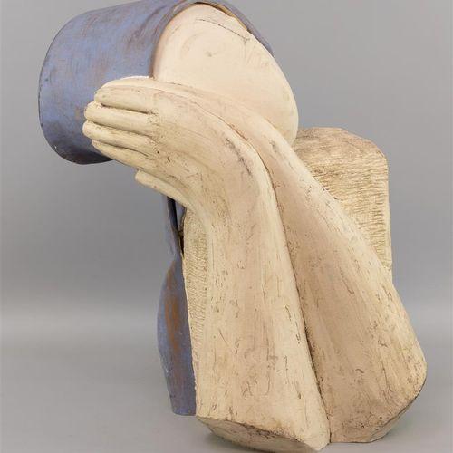 Sculpture moderne en plâtre représentant le buste stylisé d'une femme portant un…