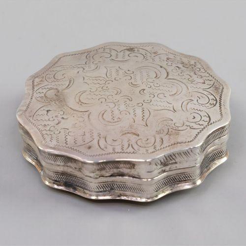 Een 2e gehalte zilveren pillendoosje, geprofileerde rand en deksel met gravédeco…