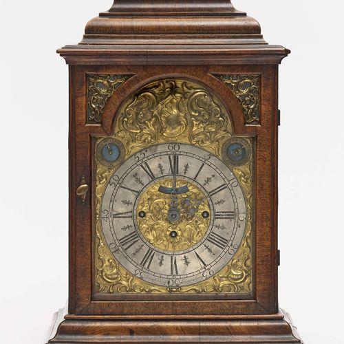 座钟 雷根斯堡,18世纪中叶,Joh. Albrecht Lerb 全方位的釉面胡桃木箱,带坡顶。镀金的铜质正面有丰富的罗盖尔装饰。银色的表盘环带罗马和阿拉伯数…