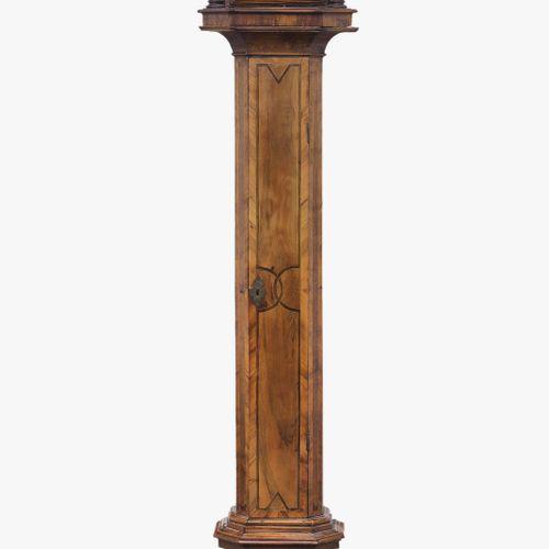 Horloge grand père 18e/19e siècle. Boîtier profilé en noyer avec incrustations d…