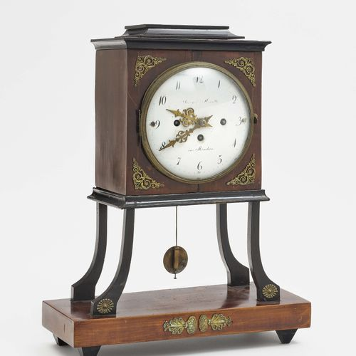 起居室时钟 慕尼黑,19世纪第1季度,Joseph Minutti 木质外壳,桃花心木贴面,部分为碳化。黄铜的应用。长方形,略带异形的时钟盒,位于四个弯曲的腿和…
