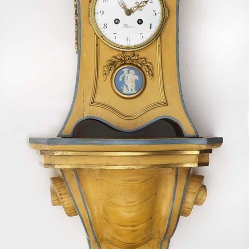"""控制台时钟 巴黎,1900年左右,Gilles L'Ainé 弯曲的木质外壳,赭石色。鎏金铜配件和嵌有丘比特的铜牌。珐琅表盘上的阿拉伯数字标有 """"Gilles …"""