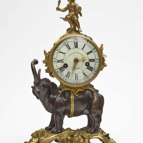 """壁炉钟 """"à l'Eléfant"""" 巴黎,路易十五,可能是18世纪中期,Gille L'Ainé 镀金的青铜外壳,部分被烧毁。在一个地形基座上,站着一头吹着喇叭…"""