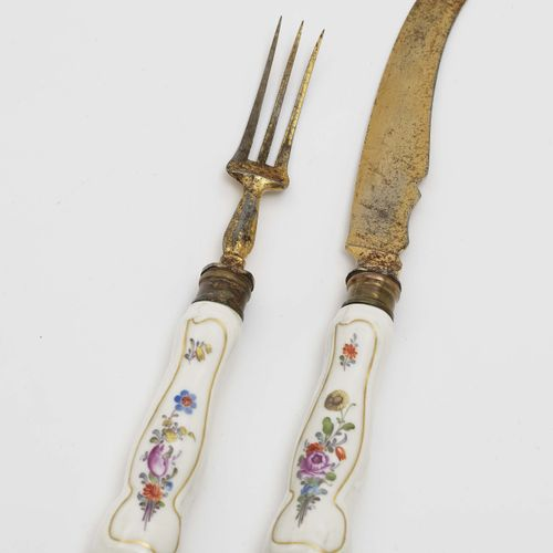 刀叉 迈森,18世纪第三季度。 瓷质手柄。镀金的金属刀刃和刀尖。略微弯曲的把手由镀金和彩色的花纹画装饰。休息。
