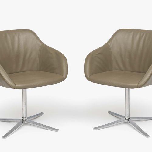 """三张旋转扶手椅 """"Kyo"""" Knoll International 星形铝制底座。椅垫,米色皮套。布料标签 """"Walter Knoll""""。最小的磨损痕迹。82 …"""