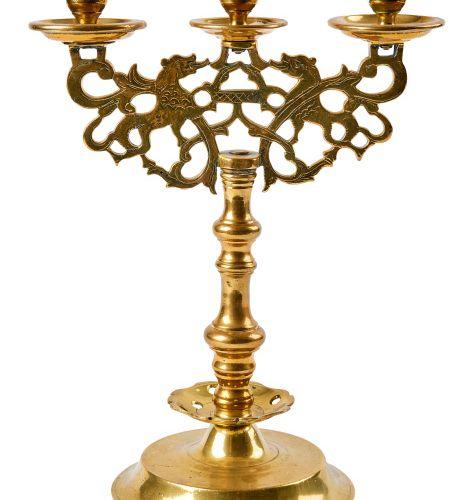 Dreiflammiger Leuchter, 17. Jh. Dreiflammiger Leuchter — 17. Jh. — Über hochgewö…