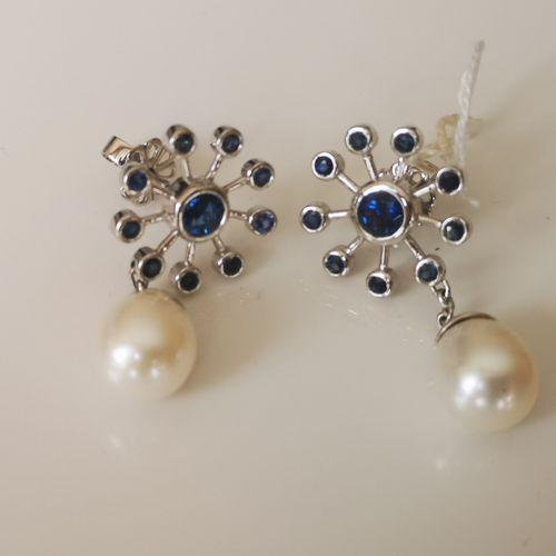 Paire de boucles d'oreilles en or saphirs et perles Pair of 18 carat 750/1000 wh…